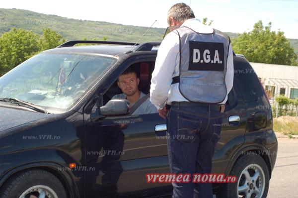 Ofiterii DGA, descindere cu… pliante, la intrarea în Husi! (foto)