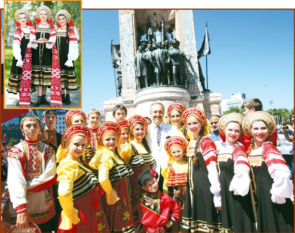 """Festivalul """"Hora din strãbuni"""", un regal folcloric de la jarabe, pânã la polka si gopak!"""
