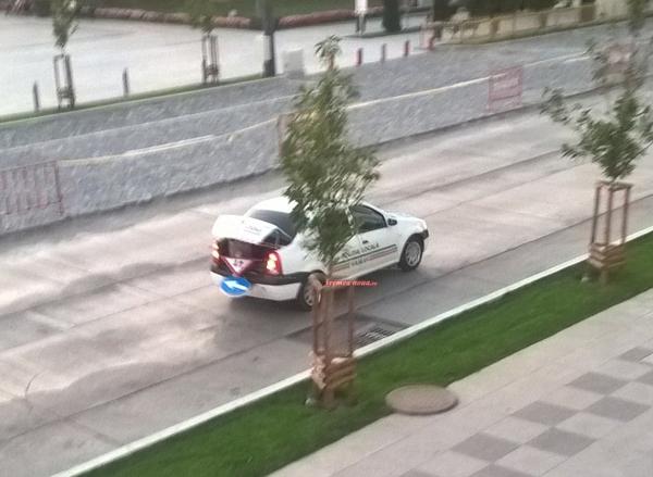 Politistii locali monteazã indicatoare rutiere