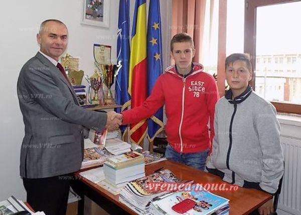 Doi elevi au dus la Politia Bârlad o sumã importantã de bani gãsitã pe stradã! (foto)