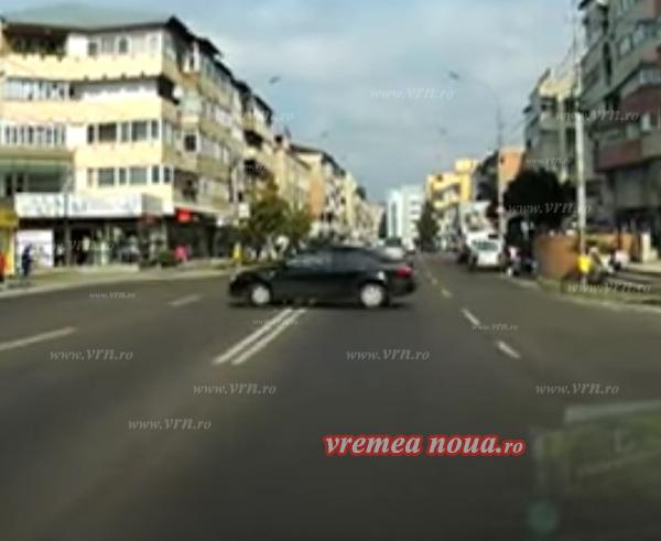 FAZA ZILEI: Un politist din Bârlad încalcã nonsalant regulile de circulatie! (video)