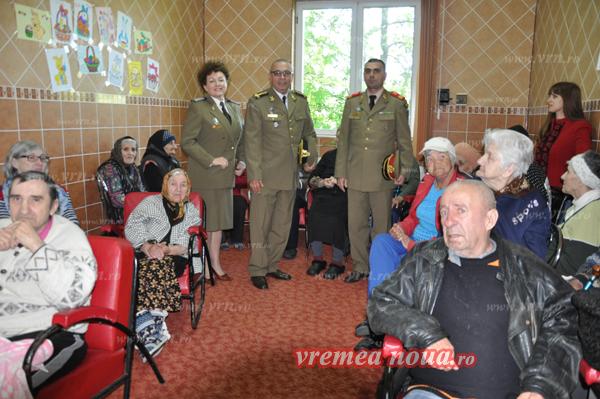 Iepurasul de Paste, la Azilul de bãtrâni din Tutova, a venit de la Garnizoana Bârlad! (FOTO)
