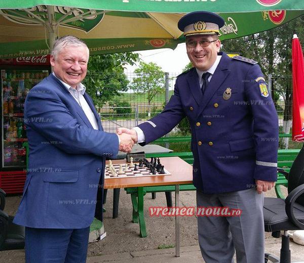 Campionul mondial la sah, Anatoli Karpov, în vizitã la Iasi