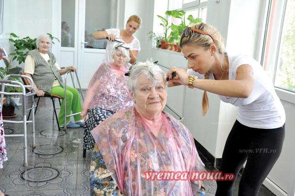 Bãtrânii de la Azilul din Tutova, tunsi gratis de câtiva tineri inimosi! (FOTO, VIDEO)