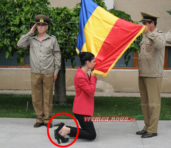 Ce pozitie! Ana Birchall, în genunchi, în fata drapelului national! (foto)