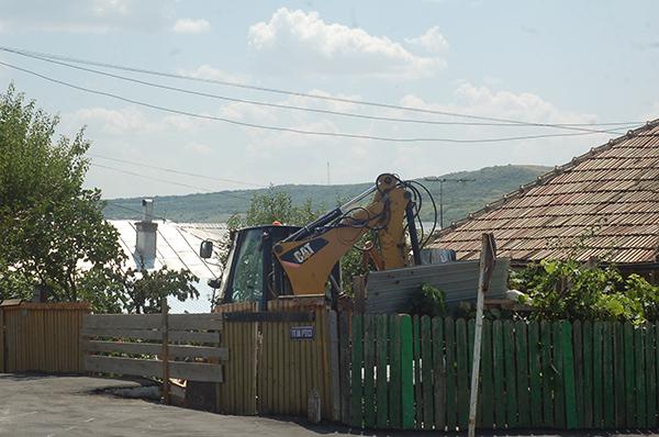Un sofer bãut a distrus cu buldoexcavatorul, tot ce i-a iesit în cale!