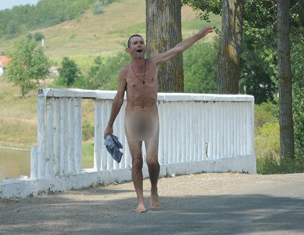 Despuiatul zilei: Gol puscã si fãrã inhibitii, un vasluian si-a fãcut numãrul în voie, pe stradã!