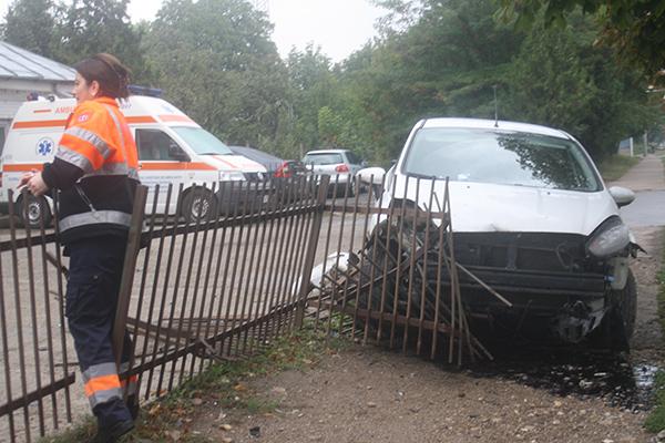 Un tânãr din Vaslui a intrat în gardul Statiei de Ambulantã Bârlad, pe care l-a pus la pãmânt (FOTO, VIDEO)