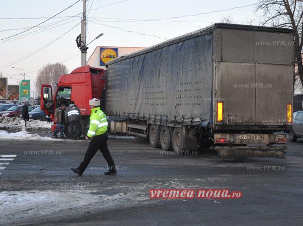 POZA ZILEI: S-a stricat TIR-ul de la Vanbet fix în mijlocul unei importante intersectii din Bârlad!