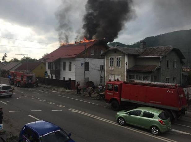 Incendiu la un complex de locuinţe sociale din Gura Humorului, în care erau cazaţi în jur de 40 de oameni