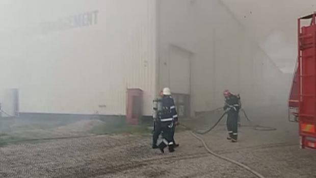 Incendiul care a distrus un depozit cu arhive din Ilfov nu a fost lichidat la 40 de ore de la izbucnire