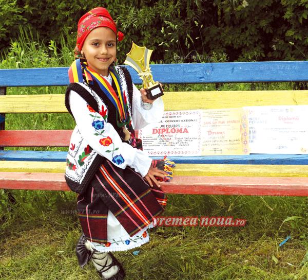 Simona, fata minune de la Gârceni care a învãtat sã cânte de la radio (foto)
