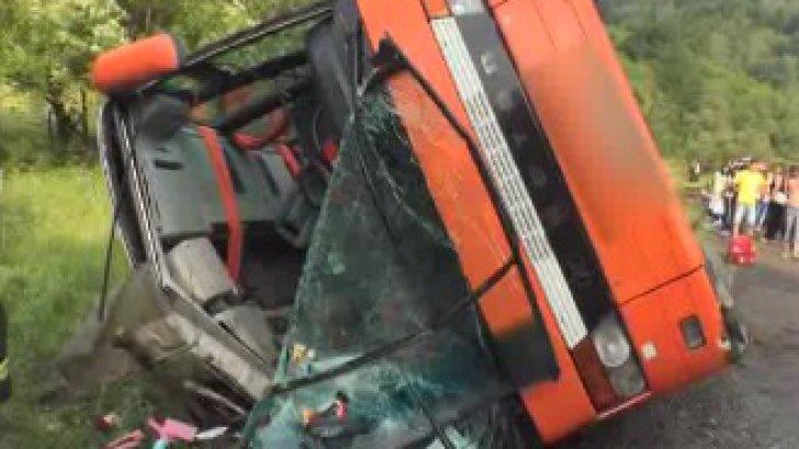 Autocar cu 37 de pasageri, răsturnat pe drumul dintre Râşnov şi Pârâul Rece: 17 răniţi grav