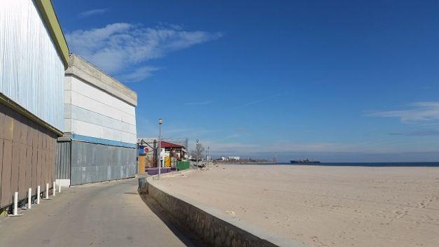 Cum arată staţiunile de pe litoral toamna: plaje pustii, alei acoperite cu frunze, magazine cu obloanele trase