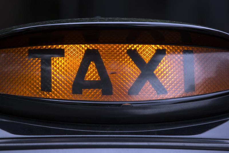 Bărbat reţinut după ce a bătut un taximetrist şi i-a furat maşina, în Capitală