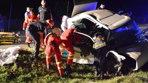 Doi tineri au murit si unul este grav rãnit, din cauza vitezei!