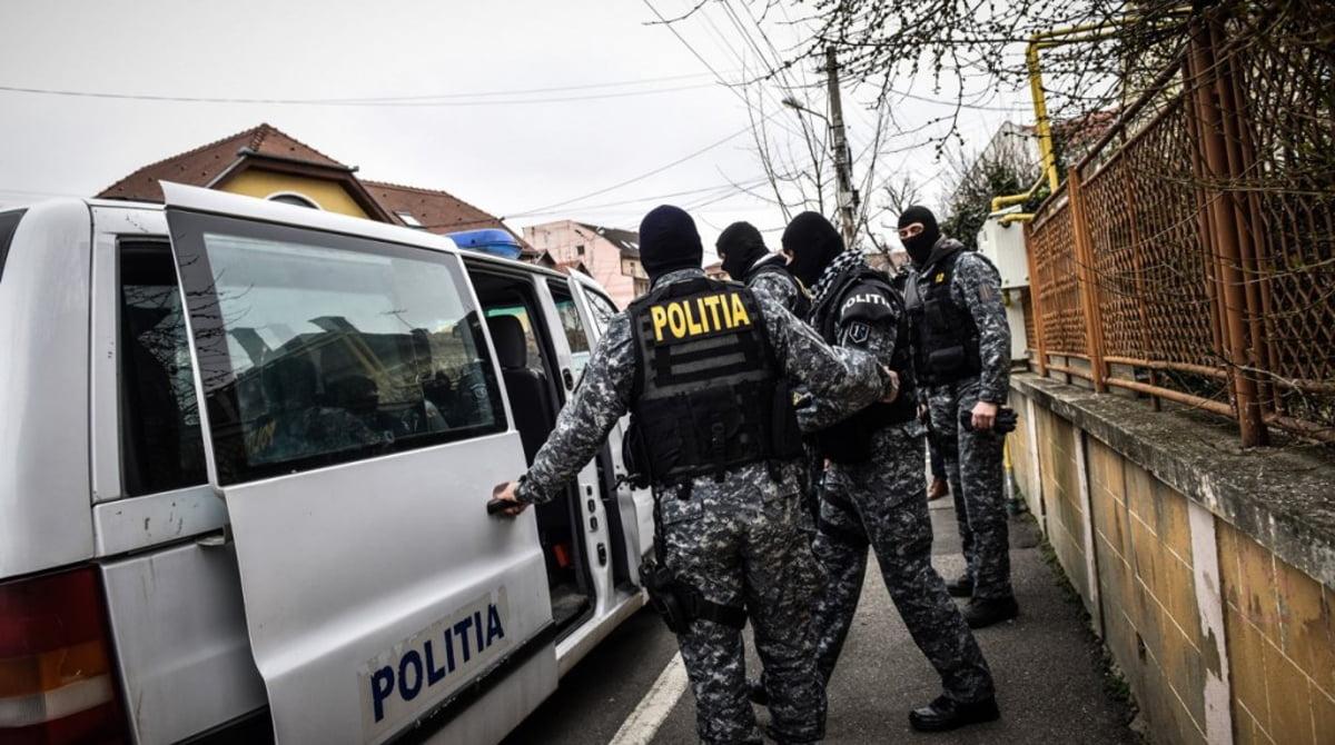 Percheziţii într-un dosar de trafic de droguri. Anchetatorii au găsit canabis, ecstasy şi bani; şase persoane au fost arestate