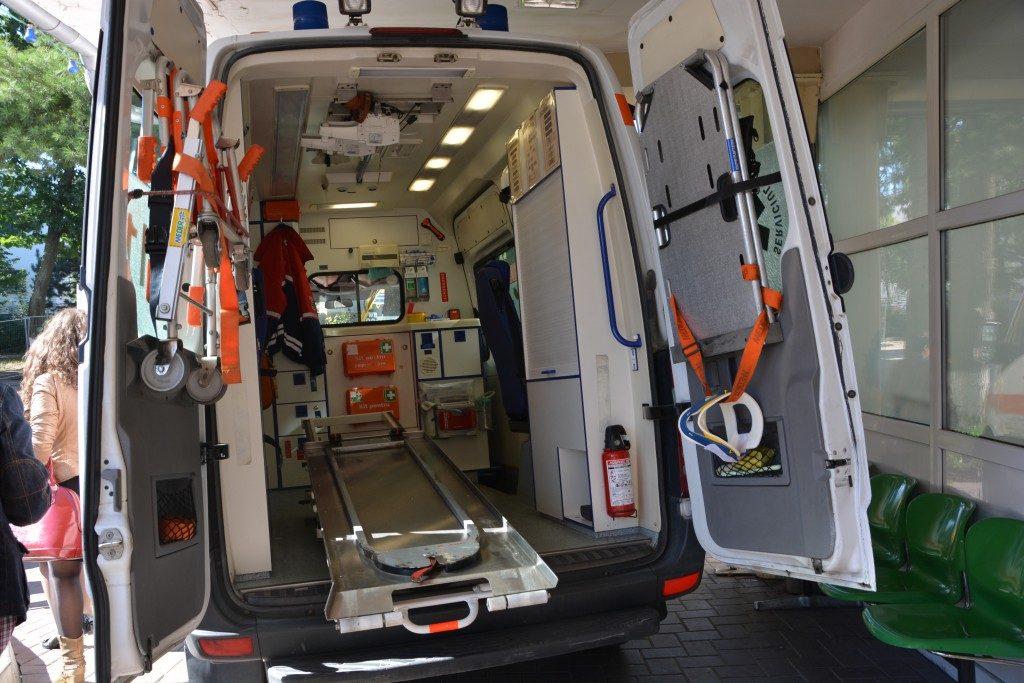 O fată de 19 ani a ajuns la spital cu sânul drept sfârtecat într-un tocător de coceni