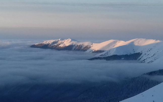 Minus 16 grade în Munţii Făgăraş şi avalanşe. Riscurile ca zăpada să o ia din nou la vale sunt însemnate