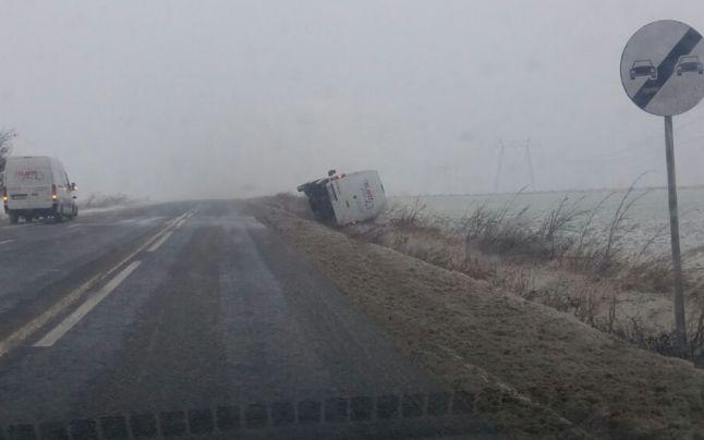 Un microbuz cu 10 persoane a derapat din cauza zăpezii. O persoană este rănită