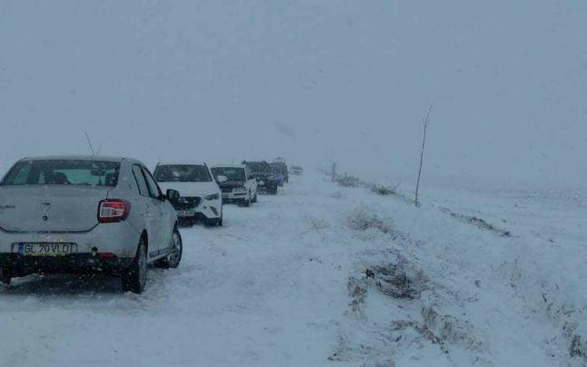 Cod portocaliu de viscol şi ninsoare. Un bărbat a fost găsit mort în zăpadă. Drumuri şi şcoli închise, alimentare cu electricitate întreruptă