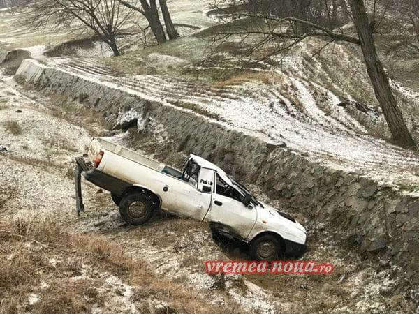 FAZA ZILEI: A ajuns cu masina în râpã, s-a rãsturnat de câteva ori si a scãpat nevãtãmat!