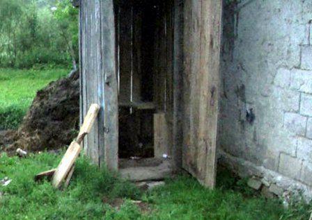 Caz șocant la Constanța. O femeie și-a scăpat copilul în hazna după ce l-a născut în WC-ul din curte.