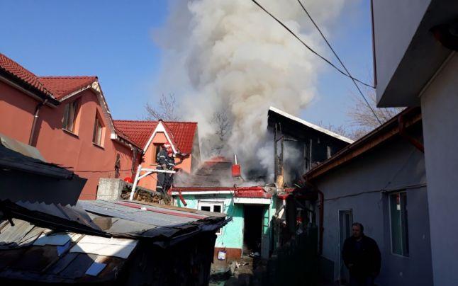 Trei locuinţe afectate într-un puternic incendiu. Intervenţia a durat mai bine de trei ore, un bărbat a ajuns la spital