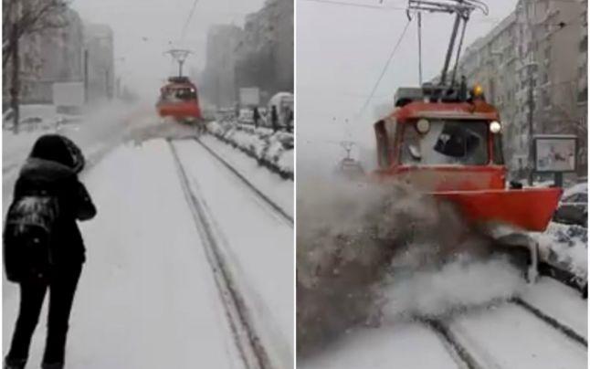Un plug al RATB a îngropat în zăpadă călătorii aflaţi în staţie