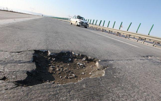 Continuă coşmarul celor care merg la mare vara asta: gropile din Autostrada Soarelui, reparate abia din septembrie încolo