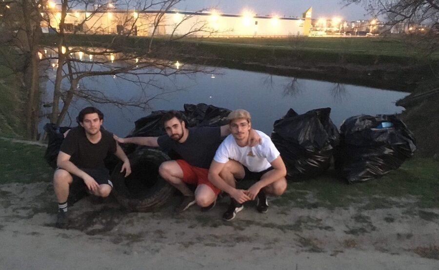 Trei studenți au ecologizat, din proprie inițativă, lacul din zona Digul Bîrnat