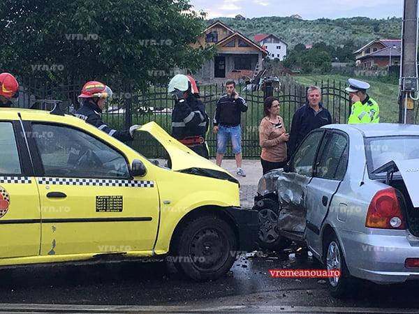 O șoferință neatentă și un taximetrist grăbit, accident în Vaslui  |FOTO|