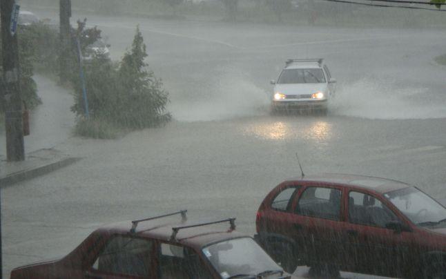 Prognoza meteo: ploi torenţiale peste România. De când se încălzeşte şi unde se anunţă grindină