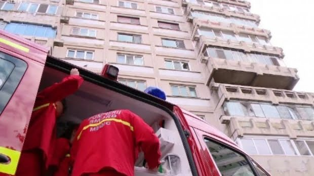 Un indian, sechestrat de doi români, a murit după a căzut de la etaj încercând să scape