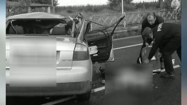 Un tânăr de 24 de ani a murit, iar o fată de 17 ani a fost rănită după ce maşina în care se aflau a intrat într-un autobuz