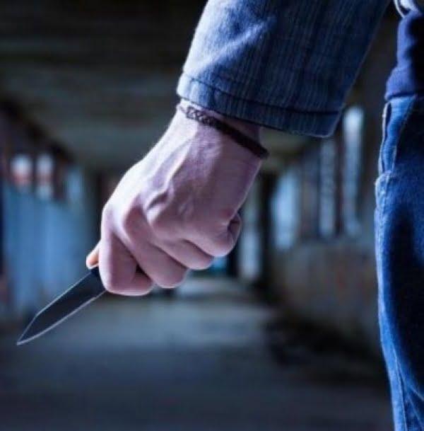 I-a pus cuţitul la gât şi a jefuit-o pe stradă