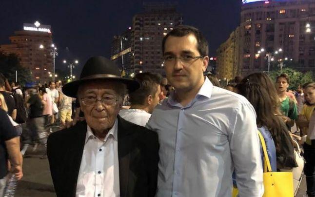 """Filosoful Mihai Şora: """"Ieşiţi din casă dacă vă pasă!"""" Prezent la protestul din Piaţa Victoriei, scriitorul a fost bruscat de jandarmi: """"Mişcă-te mai încolo, moşule"""""""