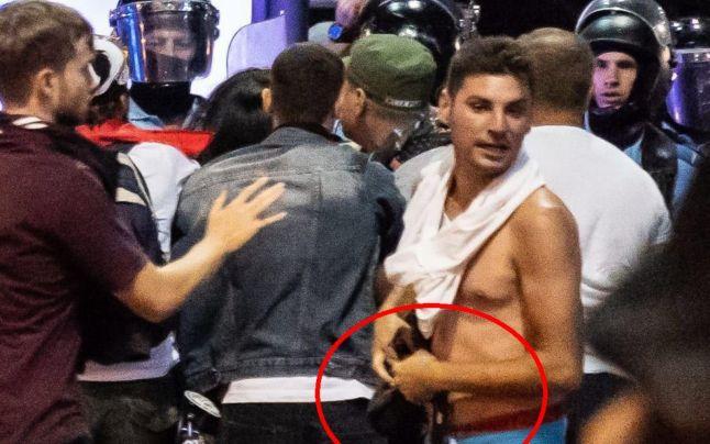 ALERTĂ Huliganul căutat de Poliţie, surprins cu arma jandarmeriţei bătute la mitingul din Piaţa Victoriei