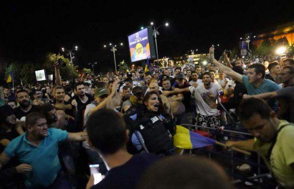 Fotografii în PREMIERĂ cu femeia JANDARM bătută de PROTESTATARI. Dialogul DEZVĂLUIT de un FOTOGRAF