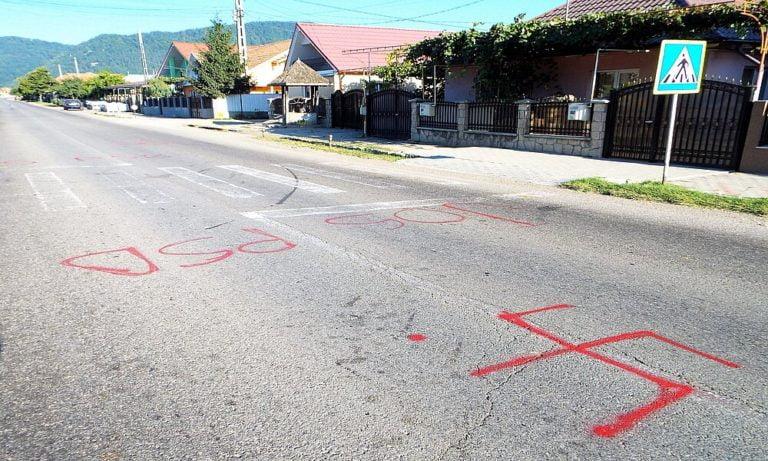 Zvastica și înscrisuri ofensatoare la adresa PSD la Oituz