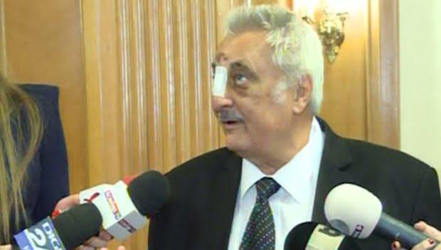Deputatul Nicolae Bacalbaşa, plin de lovituri şi cu nasul bandajat în Parlament