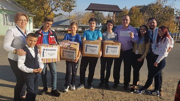 Clubul Kiwanis: donatii pentru micii sahisti din Pãdureni