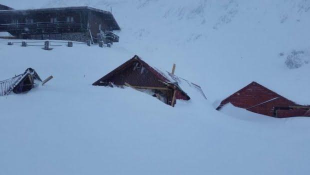 Avalanşă masivă la Bâlea Lac. Zăpada a rupt căsuţele de lemn