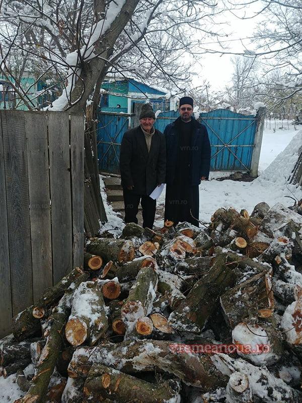 Sania lui Mos Crãciun, încãrcatã cu lemne pentru mai multe familii din satul Hârsova