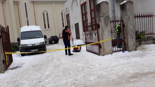 Descoperite şocantă, la Galaţi: Găsit mort, gol, atârnat de gardul bisericii