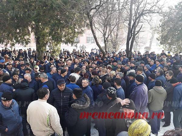 Nemulțumiri la SC Rulmenți SA Bârlad, muncitorii au oprit lucru!! (FOTO, VIDEO)