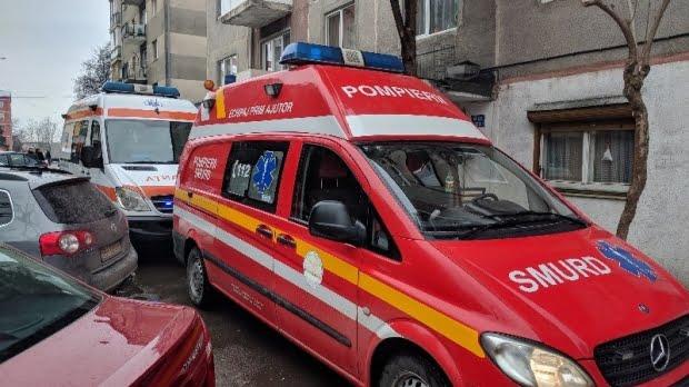 Copil de patru ani, rănit grav după ce poarta locuinţei a căzut peste el