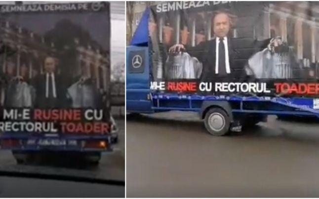 """Un camion """"îmbrăcat"""" în chipul lui Tudorel Toader, plimbat prin Iaşi de o asociaţie care îi cere demisia din funcţia de rector ministrului Justiţiei"""