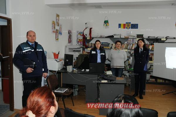 Zeci de femei din comuna Bãcesti au participat la o discutie pe tema violentei domestice   FOTO
