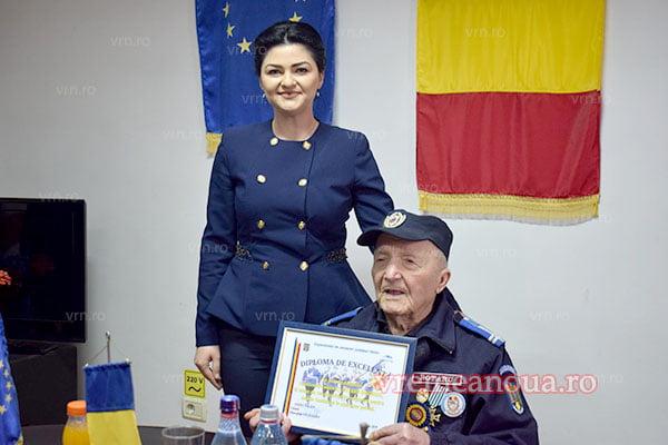 Bunicul Gabrielei Firea, aniversat la aproape 97 ani. Este cel mai bãtrân jandarm din Vaslui
